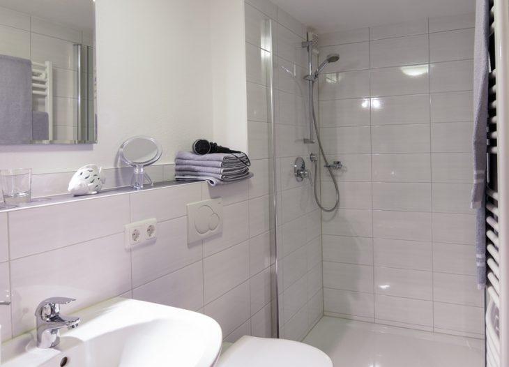 Bad mit Dusche - Skimmia