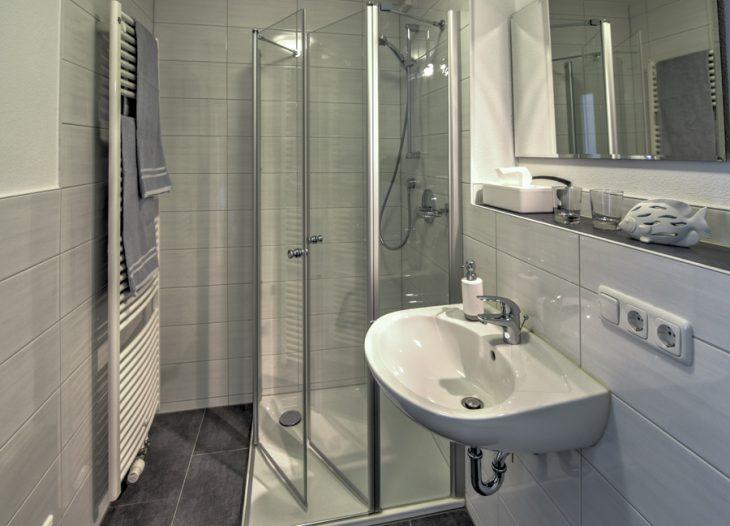 Bad mit Dusche und WC - Clivia